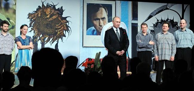 Латвийский режиссер обвинил Путина, пришедшего на его спектакль, в бесчестном поведении
