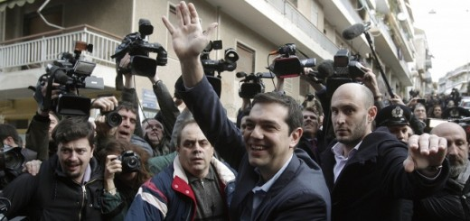 Алексис Ципрас (в центре) Фото: © EPA/YANNIS KOLESIDIS