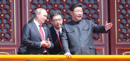 Военный парад в Пекине. Президент Китайской республики Си Цзиньпин беседует с президентом РФ Владимиром Путиным.  Фото: Zuma\TASS