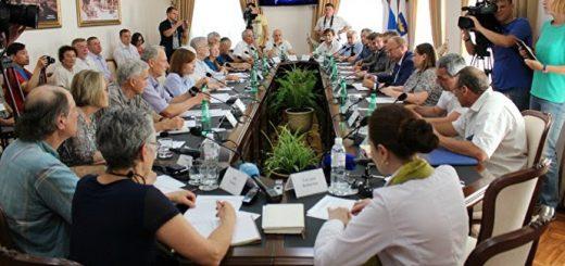На встрече с местными правительственными чиновниками и представителями местных групп в городе Симферополь, Крым.